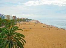 Spiaggia della città Calella, parte della destinazione di Costa Brava in Catalogna, vicino a Barcellona, la Spagna immagini stock