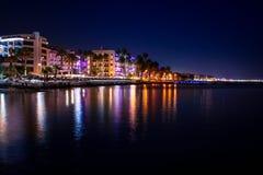 Spiaggia della città di notte Fotografie Stock
