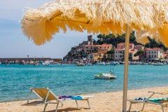 Spiaggia della città Marina di Campo e del mare verde smeraldo di Elba Island fotografia stock libera da diritti