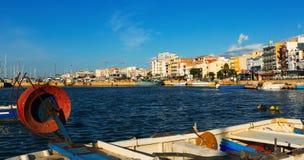 Spiaggia della città mediterranea tipica dal porto di pesca Fotografia Stock Libera da Diritti