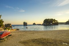 Spiaggia della città in Parga, Prevesa, Grecia fotografie stock