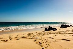 Spiaggia della destinazione di viaggio di Paradise a Hamilton, Bermude Spiaggia del gomito con la sabbia dorata e un bello tramon fotografia stock libera da diritti