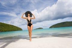 Spiaggia della donna elegante fotografia stock libera da diritti