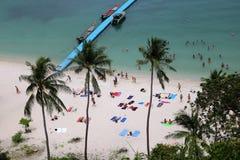 Spiaggia della noce di cocco con i turisti che fanno le attività nell'alta stagione Fotografia Stock