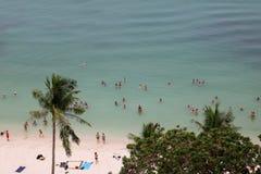 Spiaggia della noce di cocco con i turisti che fanno le attività nell'alta stagione Fotografia Stock Libera da Diritti