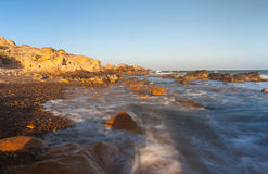 Spiaggia della roccia di Co Thach con l'onda nella mattina di luce solare Fotografie Stock Libere da Diritti