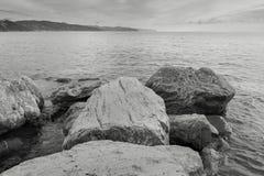 Spiaggia della roccia e mare adriatico fotografia stock libera da diritti