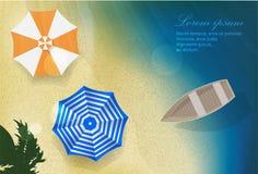 Spiaggia della sabbia di mare di Sun con la barca e gli ombrelli Immagine Stock Libera da Diritti