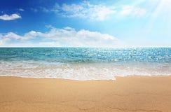 Spiaggia della sabbia e mare tropicale Immagine Stock