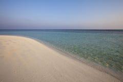Spiaggia della sabbia in isola tropicale Fotografia Stock Libera da Diritti