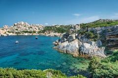 Spiaggia della Sardegna, mare meraviglioso in tegumento del seme del capo. L'Italia fotografie stock