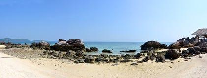 Spiaggia della scogliera di panorama fotografie stock