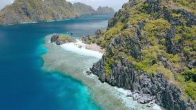 Spiaggia della stella sull'isola di Tapiutan vicino al santuario di Matinloc EL Nido, Palawan, Filippine Bello paesaggio con calc archivi video