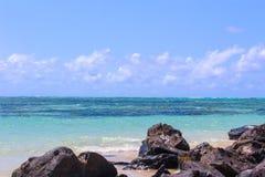Spiaggia delle Mauritius, roccia nera vulcanica con i cieli perfetti fotografia stock libera da diritti