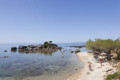 Spiaggia dello stoupa greco del villaggio con il mare blu in primavera di pelopon Fotografia Stock