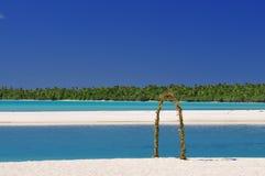 Spiaggia di Aitutaki, arco di nozze Immagini Stock Libere da Diritti