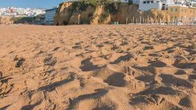 Spiaggia di Albufeira della città del Portogallo nel giorno di estate soleggiato archivi video