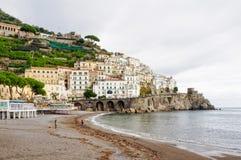 Spiaggia di Amalfi un giorno nuvoloso Fotografia Stock Libera da Diritti