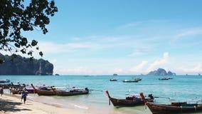 Spiaggia di Ao Nang di vista del mare, Krabi Tailandia archivi video