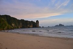 Spiaggia di Ao Nang in Krabi, Tailandia, al tramonto fotografie stock libere da diritti