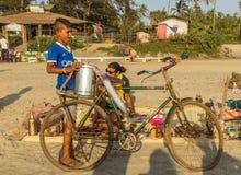 SPIAGGIA DI ARAMBOL, GOA, INDIA - 23 FEBBRAIO 2017: Ragazzo con la bicicletta Fotografie Stock Libere da Diritti