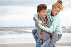 Spiaggia di autunno di CoupleRomantic Immagine Stock Libera da Diritti