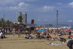 Spiaggia di Barcellona, Spagna con la folla in Catalogna Immagine Stock