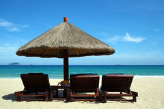 Spiaggia di Beautifu con le presidenze e l'ombrello di sole Fotografia Stock Libera da Diritti