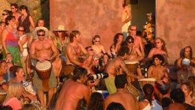 Spiaggia di Benirras, Ibiza, Spagna - 23 luglio 2006: Lotti della gente che guarda il tramonto mentre giocando i tamburi ed altri Fotografia Stock