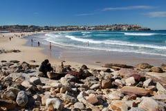 Spiaggia di Bondi con la gente, Sydney Fotografie Stock Libere da Diritti