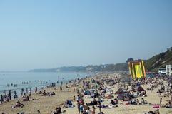 Spiaggia di Bournemouth il giorno più caldo in aprile Fotografie Stock Libere da Diritti