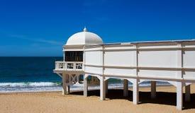 Spiaggia di Cadice con la piattaforma di osservazione bianca immagini stock libere da diritti