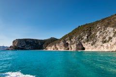 Spiaggia di Cala Luna dalla spiaggia fotografia stock libera da diritti