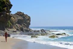 Spiaggia di California con una camminata della donna Immagine Stock Libera da Diritti