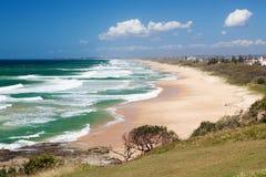 Spiaggia di Caloundra dal Cartwright del punto, Queensland Immagine Stock