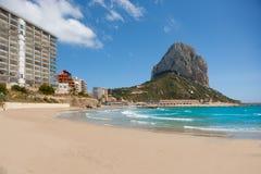 Spiaggia di Calpe Alicante Arenal Bol con Penon de Ifach Fotografia Stock
