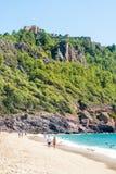 Spiaggia di Cleopatra con il mare e rocce della penisola di Alanya, Antal Fotografia Stock Libera da Diritti