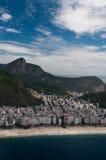 Spiaggia di Copacabana sotto la statua di Jesus Christ Immagine Stock