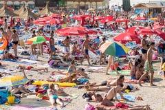 Spiaggia di Costinesti ammucchiata con la gente Fotografie Stock Libere da Diritti