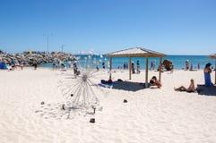 Spiaggia di Cottesloe con la scultura del metallo Immagini Stock Libere da Diritti