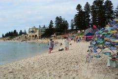 Spiaggia di Cottesloe durante la scultura tramite la mostra del mare perth Australia occidentale immagini stock libere da diritti