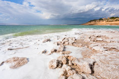 Spiaggia di cristallo del sale sul litorale di mare guasto - 8 Immagine Stock