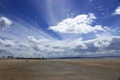 Spiaggia di Crosby nel paesaggio dell'Inghilterra giorno nuvoloso Immagini Stock