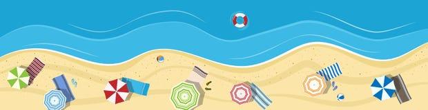 Spiaggia di estate con gli ombrelli e gli asciugamani Fotografia Stock