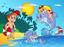 Spiaggia di estate con i bambini ed i delfini Fotografie Stock Libere da Diritti