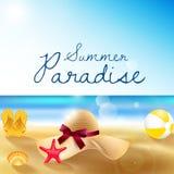 Spiaggia di estate della spiaggia sabbiosa, del cappello di paglia, dei sandali, del beach volley, delle coperture e delle stelle Immagini Stock