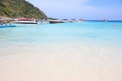 Spiaggia di estate e barca di velocità Fotografia Stock