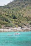 Spiaggia di estate e barca di velocità Immagini Stock
