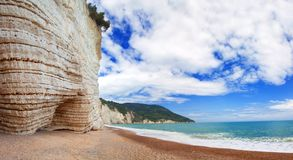 Spiaggia di estate di panorama in Italia fotografie stock
