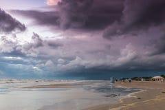 Spiaggia di estate sul maltempo Fotografia Stock Libera da Diritti